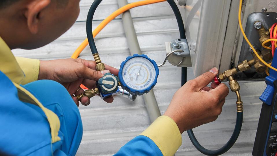 Kỹ thuật viên Điện máy XANH đang kiểm tra gas máy lạnh