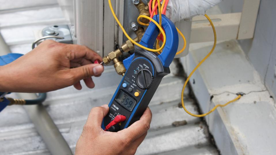 Kỹ thuật viên Điện máy XANH đang kiểm tra nguồn điện của máy lạnh